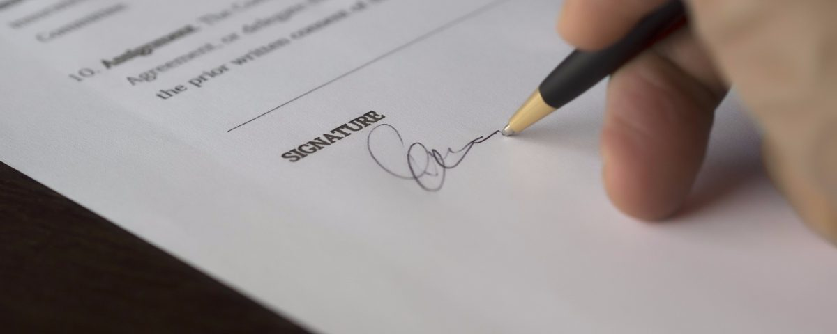 Person signing a document with signature - how to negotiate when selling your car